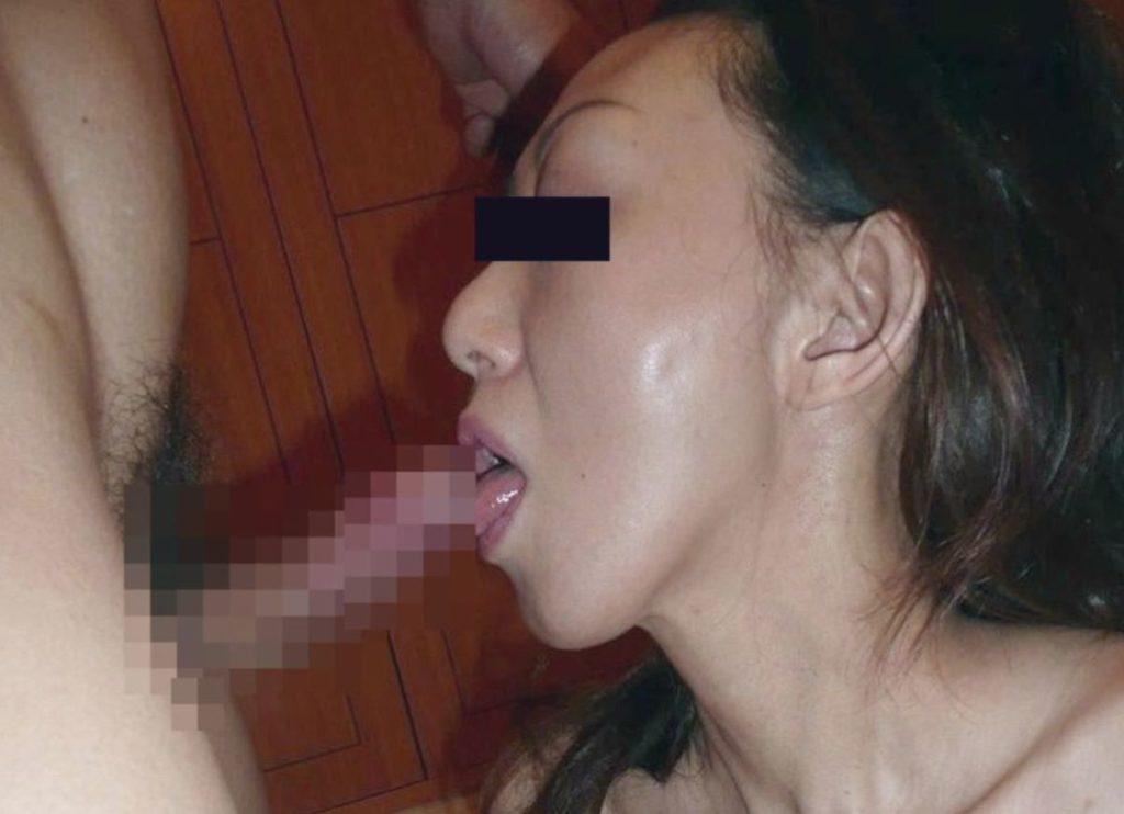 人妻・熟女のフェラチオ・手コキ画像 11枚目