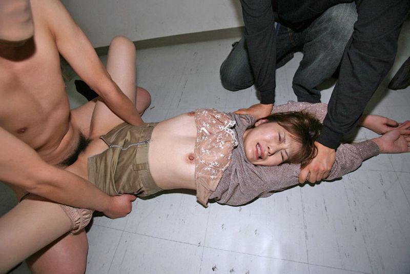 人妻・熟女のレイプ(強姦)画像 7枚目